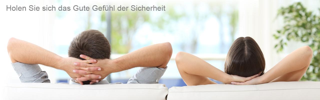 Personen entspannt auf Sofa