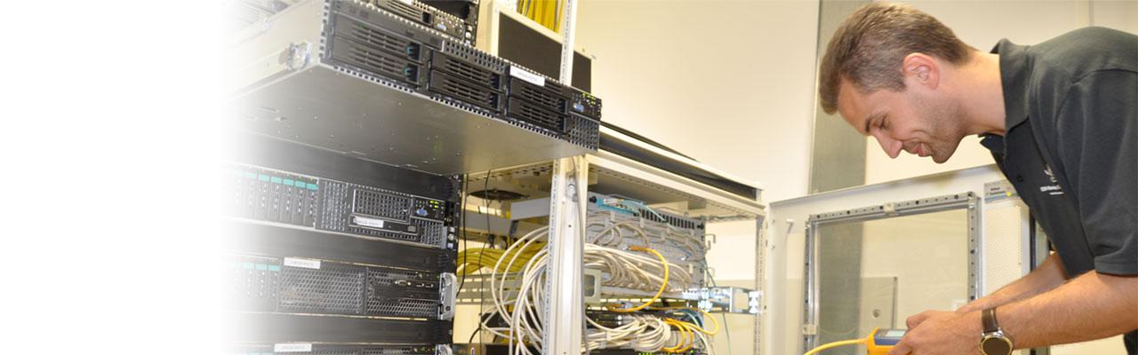 Wartung eines Netzwerkschranks